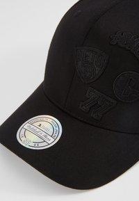 Mitchell & Ness - NBA BROOKLYN NETS VARSITY - Keps - black - 2