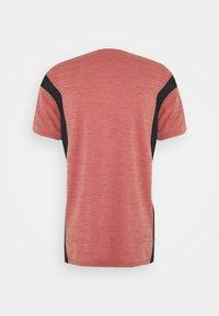 Nike Performance - HYPER DRY - T-shirts print - rust pink heather/black - 7