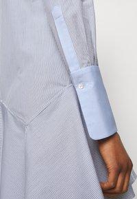 Victoria Victoria Beckham - PATCHWORK FLOUNCE HEM SHIRT DRESS - Shirt dress - navy/white - 4
