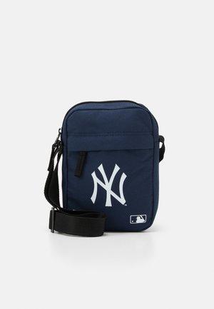 SIDE BAG - Taška spříčným popruhem - dark blue