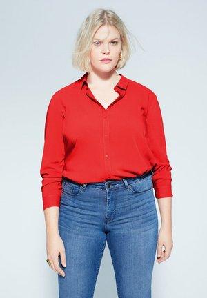 FLIESSENDES HEMD - Button-down blouse - rot