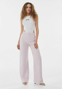 Bershka - Fließende - Flared Jeans - pink - 1