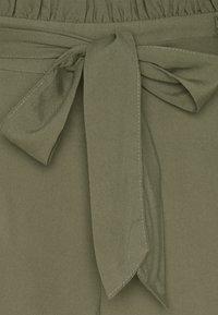 Vero Moda - Shortsit - ivy green - 5