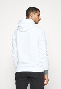 Calvin Klein - LOGO PRINT HOODIE - Felpa con cappuccio - white - 2