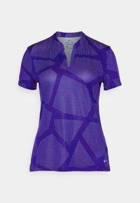 Nike Golf - W NK BRTH SS COURSE JAQUARD  - Print T-shirt - concord/light thistle - 5