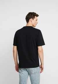 Calvin Klein Jeans - MONOGRAM SLEEVE BADGE TEE - T-shirt basic - black - 2