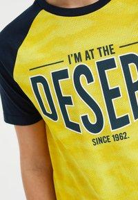 WE Fashion - T-shirt con stampa - yellow - 2