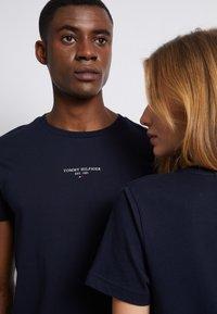 Tommy Hilfiger - LOGO TEE UNISEX - Print T-shirt - desert sky - 5