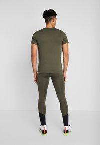 Nike Performance - DRY TEE - T-shirt print - cargo khaki - 2
