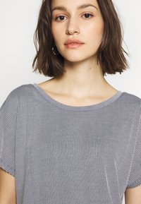 ONLY - ONLSHIRLEY STRING BACK TOP - T-shirt con stampa - night sky/cloud dancer - 4