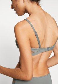 Seafolly - ACTIVE HYBRID BRALETTE - Bikini top - oliveleaf - 4
