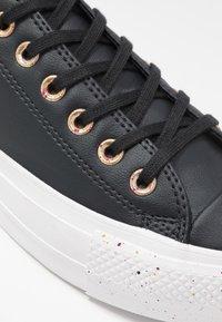 Converse - CHUCK TAYLOR ALL STAR LIFT SPECKLED - Matalavartiset tennarit - black/rose maroon/white - 2