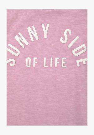 MIT SCHLEIFEN-DETAIL UND SCHRIFT - Print T-shirt - sweet lilac|rose
