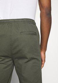 Burton Menswear London - SLIM WASHED - Trainingsbroek - khaki - 3