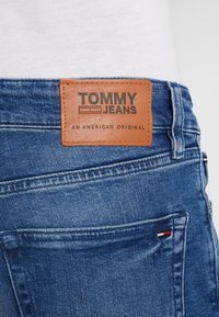 Tommy Jeans - SLIM TAPERED STEVE BEMB - Jeansy Slim Fit - berry mid blue - 4