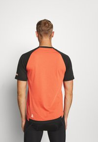 Zimtstern - PUREFLOWZ MEN - Printtipaita - pirate black/living coral - 2