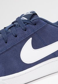 Nike Sportswear - COURT ROYALE SUEDE - Sneakersy niskie - midnight navy/white - 5