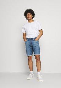 Calvin Klein Jeans - REGULAR - Farkkushortsit - denim medium - 1
