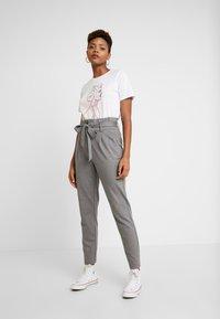 ONLY - ONLPOPTRASH EASY PAPERBAG PANT - Kalhoty - medium grey melange - 2