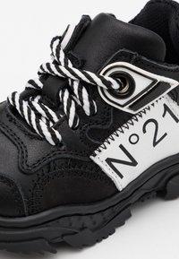 N°21 - Tenisky - black/white - 5