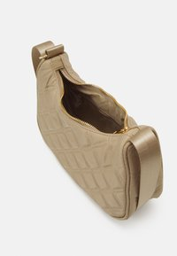 Lindex - BAG BAGUETTE QUILTED - Handväska - light beige - 2