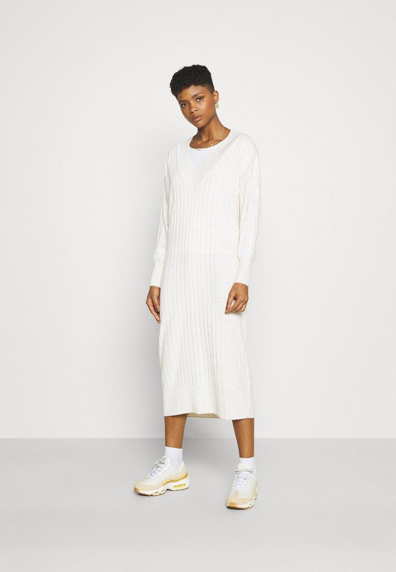 ONLY - ONLNEW TESSA MIDI V NECK DRESS - Strikket kjole - pumice stone melange