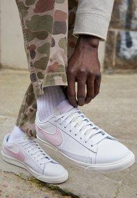Nike Sportswear - BLAZER - Trainers - white/pink - 2