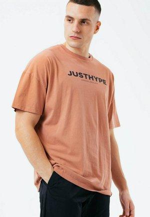 T-shirt print - chestnut