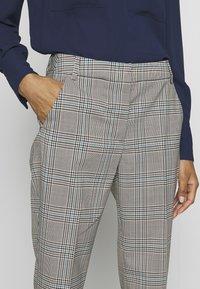 WEEKEND MaxMara - CINGHIA - Trousers - galles bianco/nero/marrone - 3