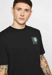 Puma - DOWNTOWN GRAPHIC TEE - T-shirt con stampa - black - 4