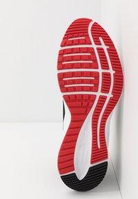 Nike Performance - QUEST 3 - Neutrální běžecké boty - black/university red/white - 4