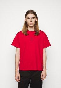 Neil Barrett - TRIPTYCH THUNDER EASY - T-shirts med print - red/black - 0