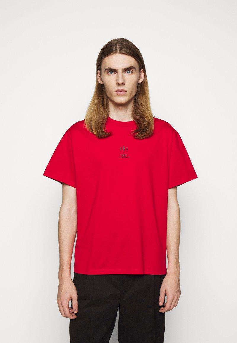 Neil Barrett - TRIPTYCH THUNDER EASY - T-shirts med print - red/black