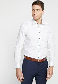 Tommy Hilfiger Tailored - POPLIN CLASSIC SLIM FIT - Formální košile - white - 0