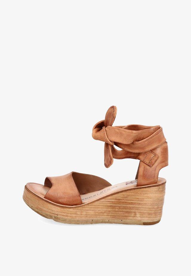 Sandalen met sleehak - calvados