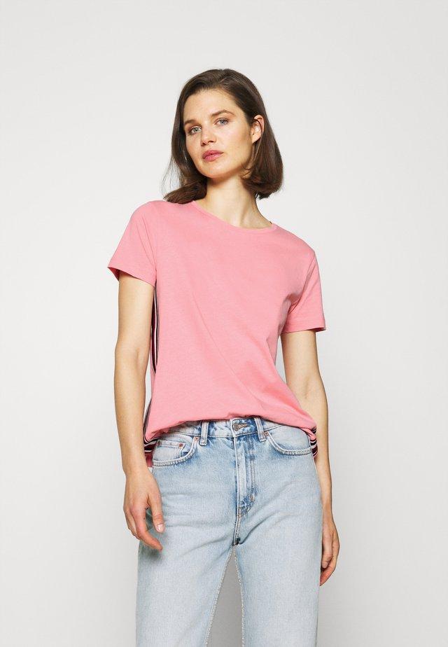THEA TEE  - T-shirt med print - pink grapefruit