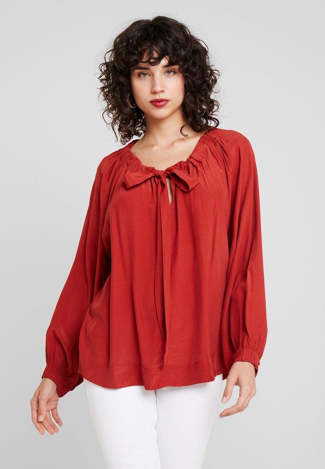 BELINDA - Bluser - red ochre