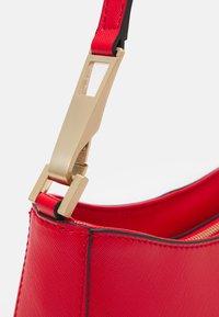 Guess - LAYLA TOP ZIP SHOULDER SET - Handtasche - red - 4