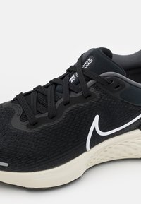Nike Performance - ZOOMX INVINCIBLE RUN - Neutral running shoes - black/white/iron grey - 5