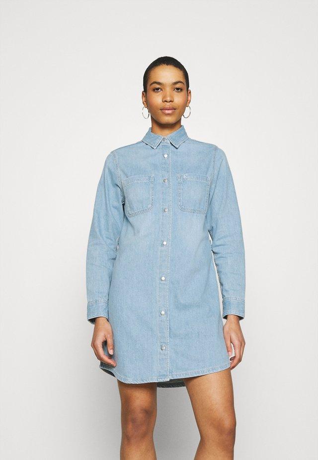 RELAXED DRESS - Sukienka jeansowa - blue
