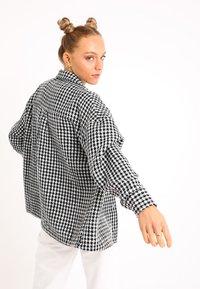 Pimkie - MIT HAHNENTRITTMUSTER - Button-down blouse - schwarz - 2