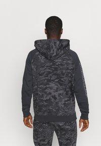 Under Armour - RIVAL CAMO SCRIPT - Sweatshirt - black - 2