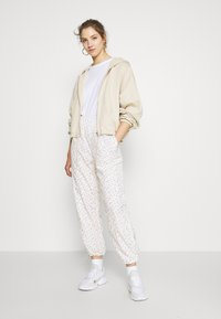 Levi's® - DREW PANTS - Pantalon de survêtement - tofu - 4