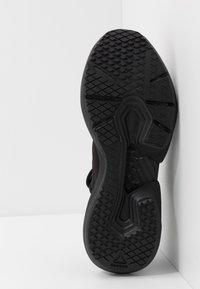 Reebok - SOLE FURY - Obuwie do biegania treningowe - black/gold - 4