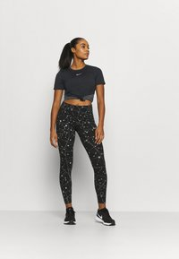 Nike Performance - RUNWAY CORE - Print T-shirt - black/particle grey/silver - 1