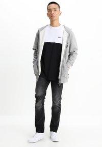Vans - MN COLORBLOCK TEE - T-shirt med print - white/black - 1