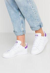 adidas Originals - STAN SMITH - Sneakersy niskie - footwear white/active purple - 0