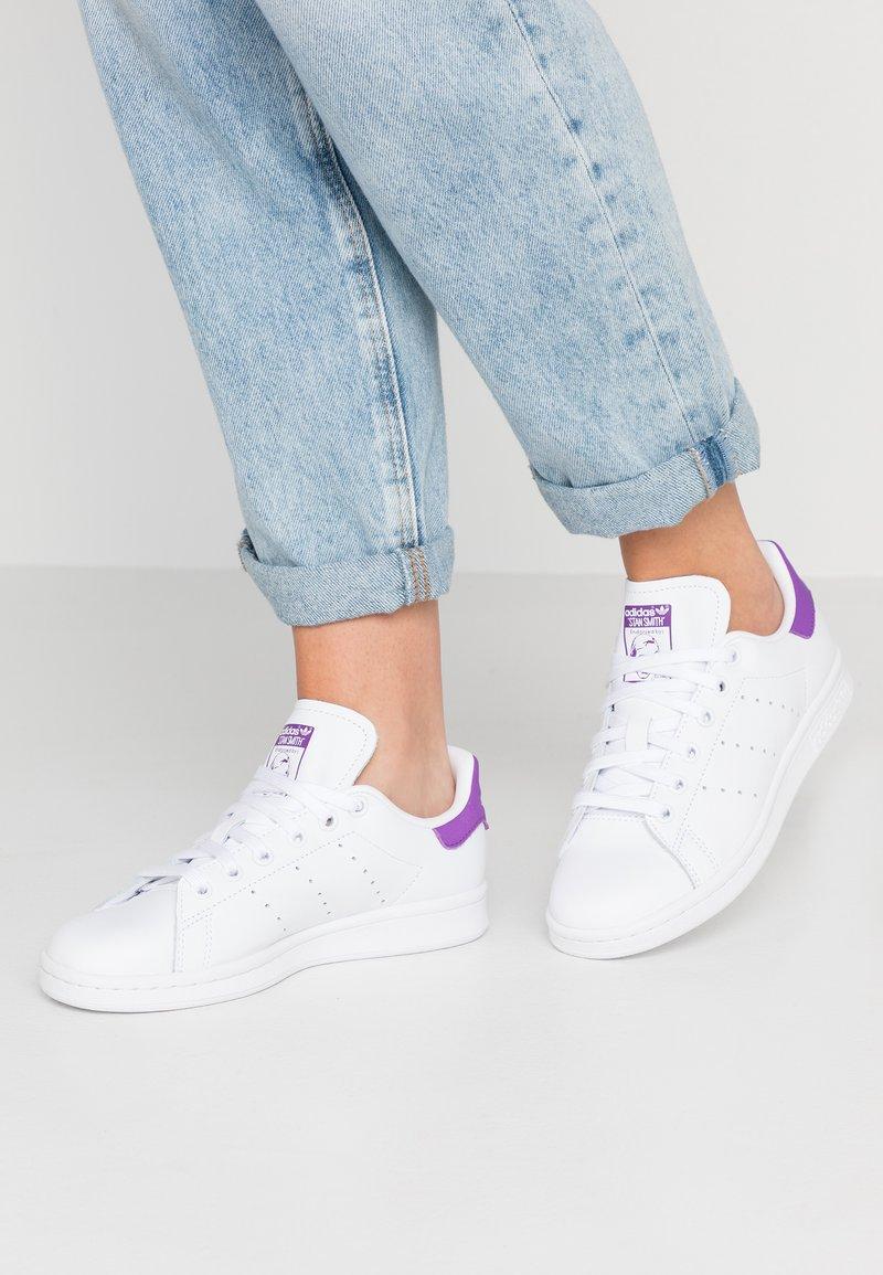 adidas Originals - STAN SMITH - Sneakersy niskie - footwear white/active purple