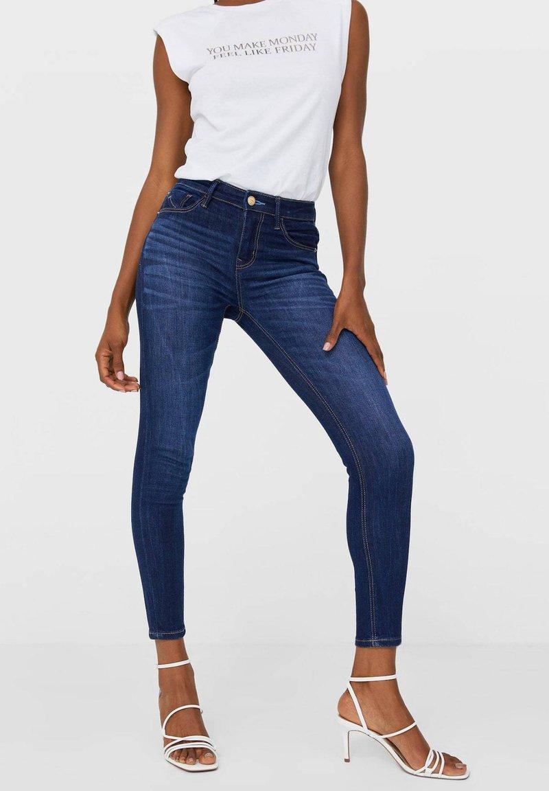 Stradivarius - TIEFEM BUND  - Jeans Skinny Fit - blue denim
