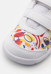 Puma - STEPFLEEX 2 UNISEX - Chaussures d'entraînement et de fitness - white/poppy red - 5